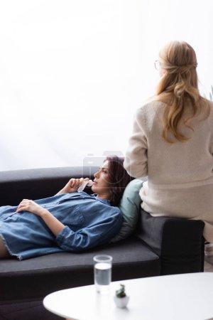Brünette Frau mit psychischem Problem besucht Therapeuten