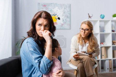 Photo pour Pleurer mère apporter fille à psychologue - image libre de droit