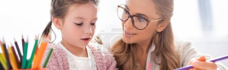 Photo pour Petite fille avec des crayons colorés visite psychologue, bannière - image libre de droit