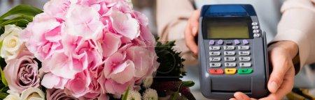 Photo pour Vue rapprochée du bouquet de floraison près du terminal entre les mains du fleuriste, bannière - image libre de droit