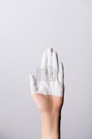 vista recortada de la mano con los dedos pintados aislados en blanco