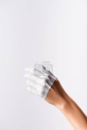 Photo pour Vue recadrée de la main avec doigts peints isolés sur blanc - image libre de droit