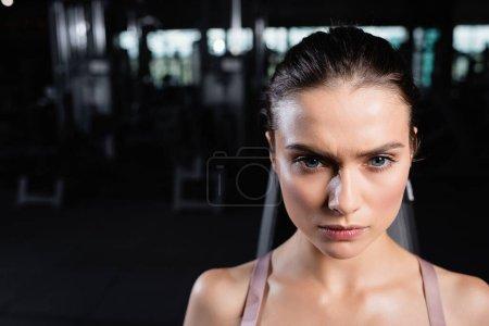 Foto de Retrato de joven deportista confiada en el centro deportivo - Imagen libre de derechos