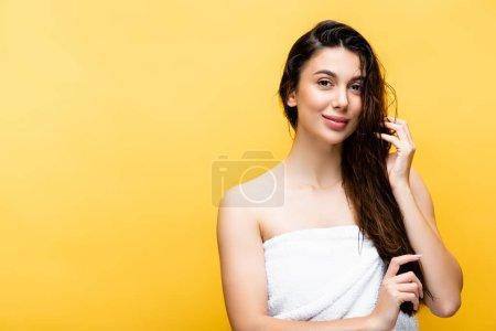 Photo pour Sourire belle femme aux cheveux mouillés isolé sur jaune - image libre de droit