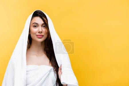 Photo pour Sourire belle femme aux cheveux mouillés et serviette isolée sur jaune - image libre de droit
