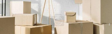 Photo pour Pile de boîtes en carton dans un appartement moderne, bannière - image libre de droit