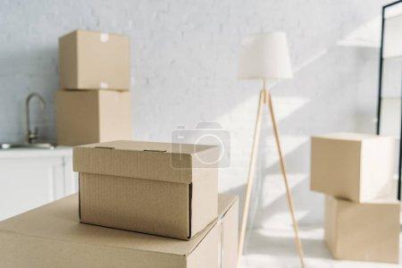 Kartons in der Nähe von Stehlampen auf verschwommenem Hintergrund