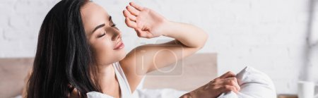Photo pour Jeune femme brune au lit contre la lumière du soleil, bannière - image libre de droit