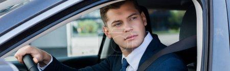 Geschäftsmann blickt während der Autofahrt auf Fenster, Banner