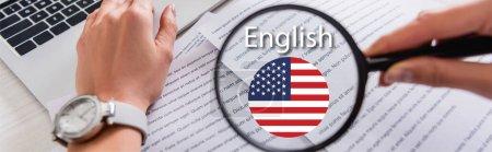 Teilansicht des Dolmetschers mit Lupe in der Nähe des Dokuments, englischer Schriftzug und Symbol mit US-Flagge, Banner