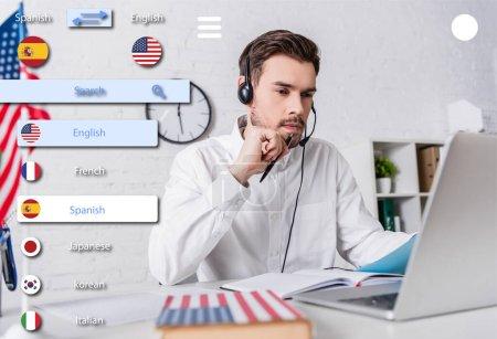 Photo pour Interprète dans casque près d'un ordinateur portable et dictionnaire anglais sur le premier plan flou, traduction multilingue illustration de l'interface de l'application - image libre de droit
