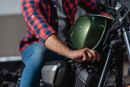 Photo pour Vue recadrée de la mécanique de contrôle moto en atelier, fond flou - image libre de droit