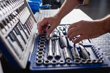 Photo pour Vue partielle de l'instrument de choix du mécanicien dans la boîte à outils au premier plan flou - image libre de droit