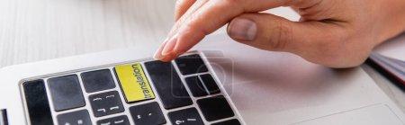 vue partielle de l'interprète en appuyant sur le bouton de traduction sur ordinateur portable, bannière