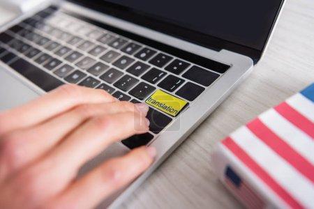 Teilansicht des Dolmetschers durch Drücken der Übersetzungstaste am Laptop, selektiver Fokus