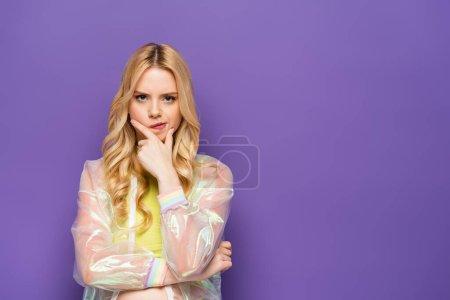 Photo pour Coûteuse jeune femme blonde en tenue colorée sur fond violet - image libre de droit