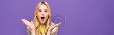 Photo pour Choqué jeune femme blonde en tenue colorée isolé sur violet, bannière - image libre de droit