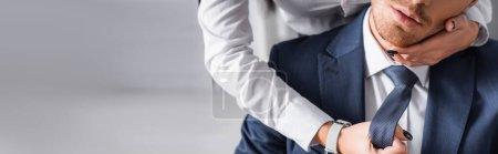 abgeschnittene Ansicht der Sekretärin, die das Gesicht des Geschäftsmannes berührt, während sie ihn im Büro verführt, Banner