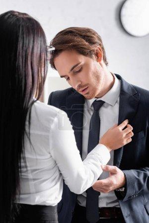 Brünette Geschäftsfrau verführt junge Kollegin im Büro