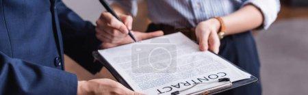 Vue recadrée des hommes d'affaires titulaires d'un contrat et d'un stylo, bannière