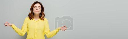 Frau in gelber Bluse steht mit geschlossenen Augen und meditiert über Grau, Banner