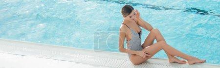 Photo pour Jeune femme assise près de la piscine avec de l'eau ondulée au centre spa, bannière - image libre de droit