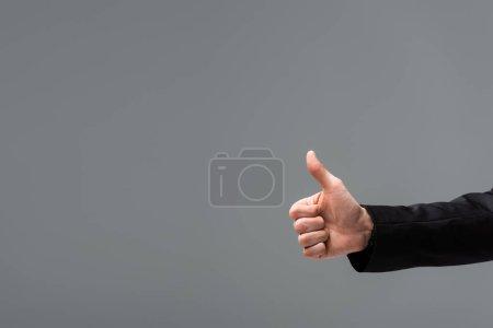 abgeschnittene Ansicht des Geschäftsmannes zeigt sich wie isoliert auf grau mit Kopierraum