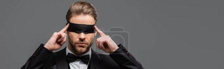 Photo pour Élégant homme d'affaires touchant bandeau isolé sur gris, bannière - image libre de droit