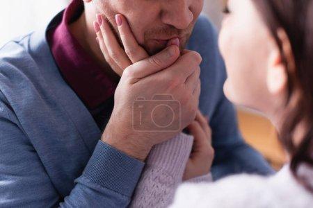 Photo pour Homme adulte baisant la main de sa femme au premier plan flou - image libre de droit