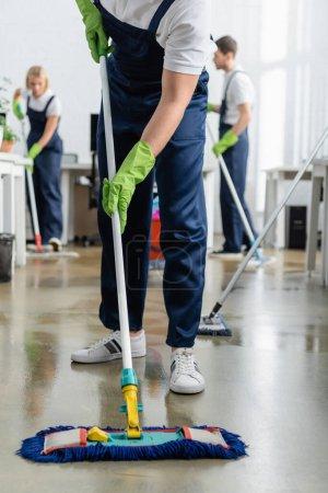 Reinigungskraft für Waschboden im Büro