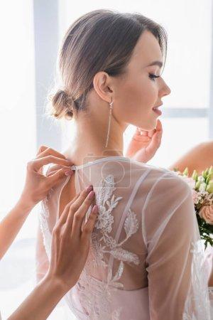 Photo pour Demoiselle d'honneur boutonnage dentelle robe sur jolie mariée - image libre de droit