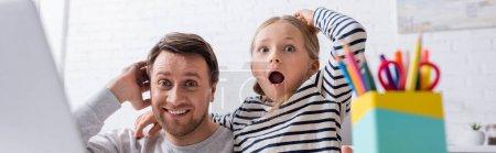Photo pour Étonné père et fille touchant la tête tout en regardant la caméra, bannière - image libre de droit