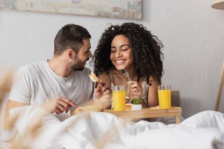 fröhlich exotisch pärchen frühstück im bett