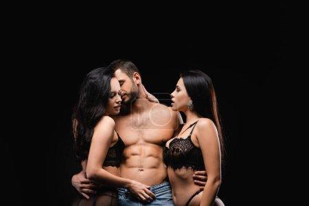 femmes passionnées en dentelle sous-vêtements séduire sexy, homme torse nu isolé sur noir