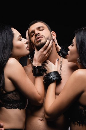 chaud, brune les femmes menottes séduire jeune homme isolé sur noir