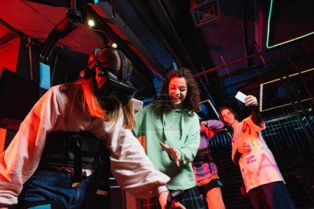 Photo pour Gai interracial amis prendre photo de fille jeu dans vr casque - image libre de droit