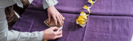 Photo pour Vue recadrée du tissu de marquage de couturière près du ruban à mesurer, bannière - image libre de droit