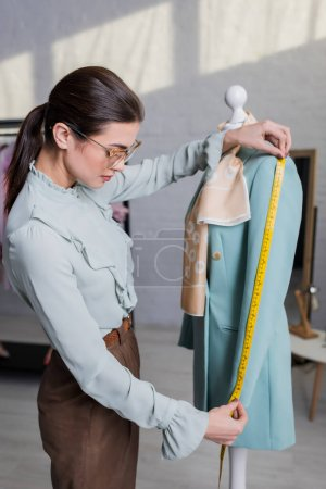 Photo pour Manchon de mesure de couture de la veste sur mannequin - image libre de droit