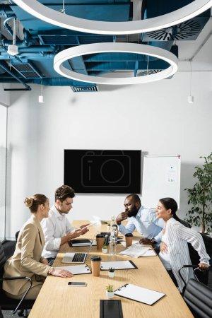 Foto de Equipo de negocios interracial hablando durante la reunión en la sala de conferencias - Imagen libre de derechos
