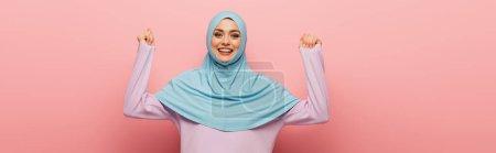 Photo pour Femme musulmane gaie montrant geste ouais sur fond rose, bannière - image libre de droit
