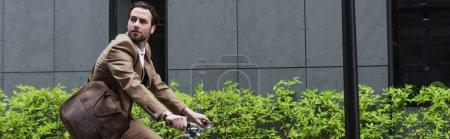Photo pour Homme d'affaires barbu dans des écouteurs à vélo à l'extérieur, bannière - image libre de droit