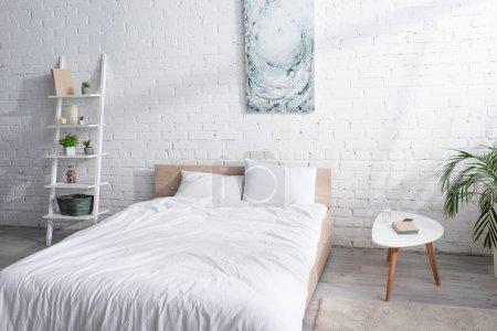Photo pour Lit avec literie blanche dans la chambre moderne - image libre de droit