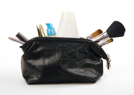 Photo pour Divers produits de beauté en sac isolé sur fond blanc - image libre de droit