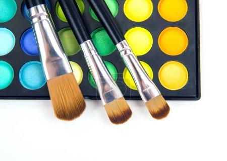 Photo pour Pinceaux de maquillage et maquillage ombres à paupières - image libre de droit