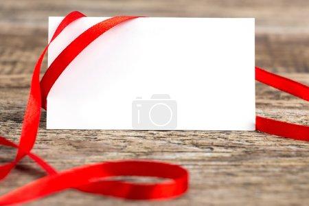 Photo pour Gros plan de la note de carte avec ruban sur bureau en bois - image libre de droit