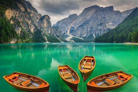Photo pour Superbe endroit romantique avec des bateaux en bois typiques sur le lac alpin, (Lago di Braies) lac Braies, Dolomites, Tyrol du Sud, Italie, Europe - image libre de droit