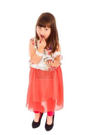 Photo pour Adorable petit poseur agissant comme des femmes adultes, appliquant rouge et posant en talons hauts . - image libre de droit