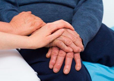 Photo pour Le pouvoir guérisseur de l'amour dans les moments difficiles, un homme âgé avec une maladie grave. - image libre de droit