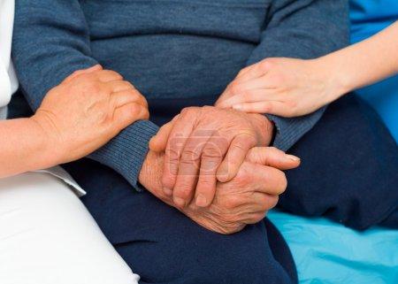 Photo pour Soins aimables de chaque professionnel de la santé pour les patients âgés malades . - image libre de droit