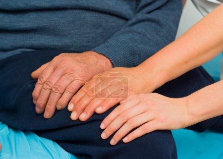 Photo pour Mains de soutien pour l'homme handicapé âgé wth plusieurs maladies. - image libre de droit